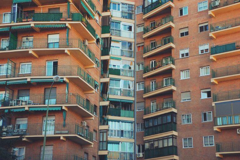 Jak wybrać idealnie dopasowaną osłonę barierek balkonowych?