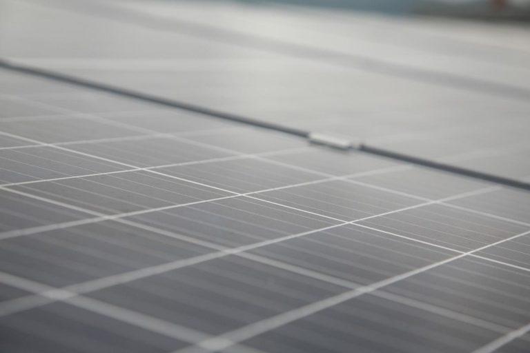 Jak panele fotowoltaiczne przekształcają światło słoneczne w energię elektryczną?