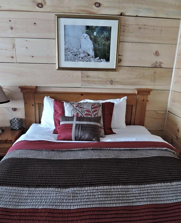 Łózko drewniane tapicerowane